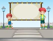 Dos muchachos cerca de los posts de la lámpara Fotos de archivo libres de regalías