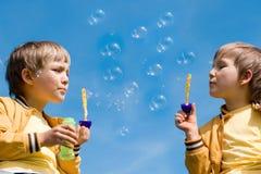 Dos muchachos con las burbujas imagen de archivo libre de regalías