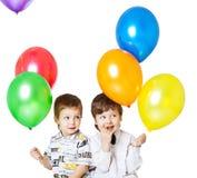 Dos muchachos con los baloons fotos de archivo