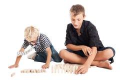 Dos muchachos con los ladrillos de madera Imagenes de archivo