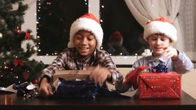 Dos muchachos con los regalos de Navidad almacen de metraje de vídeo