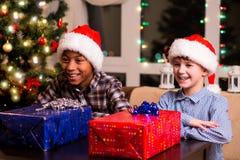 Dos muchachos con los regalos de Navidad Imágenes de archivo libres de regalías