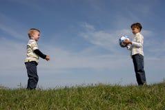 Dos muchachos con una bola Foto de archivo