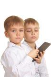Dos muchachos de lectura con el libro electrónico Fotografía de archivo