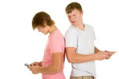 Dos muchachos de nuevo a mirada trasera del texto uno sobre hombro Fotografía de archivo libre de regalías