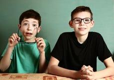 Dos muchachos del adolescente en vidrios de la miopía se cierran para arriba Fotografía de archivo