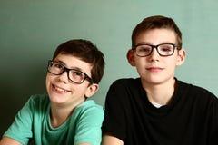 Dos muchachos del adolescente en vidrios de la miopía se cierran para arriba Fotos de archivo libres de regalías