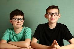 Dos muchachos del adolescente en vidrios de la miopía se cierran para arriba Imagen de archivo libre de regalías