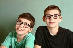 Dos muchachos del adolescente en vidrios de vista corta de la miopía Imagenes de archivo