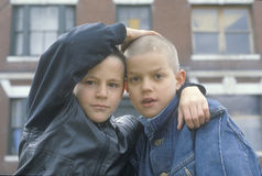 Dos muchachos del centro urbano en Bronx Sur, NY Imagen de archivo