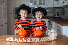 Dos muchachos en casa, preparando las calabazas para Halloween Fotos de archivo libres de regalías