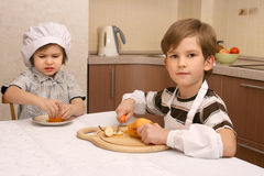 Dos muchachos en cocina Imagen de archivo libre de regalías
