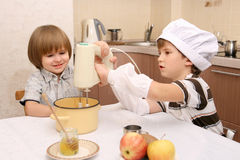Dos muchachos en cocina Fotografía de archivo libre de regalías