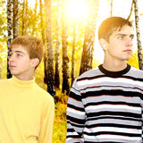Dos muchachos en el parque Imágenes de archivo libres de regalías