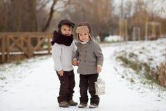 Dos muchachos en el parque con la linterna Imagen de archivo