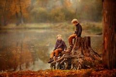 Dos muchachos en el tocón Imágenes de archivo libres de regalías