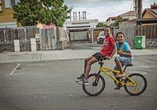Dos muchachos en la bici Foto de archivo libre de regalías