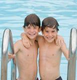 Dos muchachos en la piscina Imágenes de archivo libres de regalías