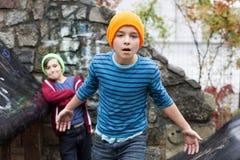 Dos muchachos en patio Foto de archivo libre de regalías