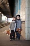 Dos muchachos en un ferrocarril Fotografía de archivo libre de regalías