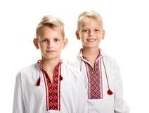 Dos muchachos en vyshyvanka Fotos de archivo libres de regalías