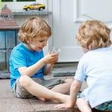 Dos muchachos felices del hermano que se divierten junto al aire libre Foto de archivo