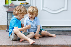 Dos muchachos felices del niño que se divierten junto al aire libre Fotos de archivo libres de regalías