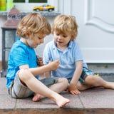 Dos muchachos felices del niño que se divierten junto al aire libre Fotografía de archivo libre de regalías