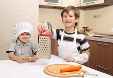 Dos muchachos felices en cocina Imagen de archivo