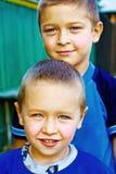 Dos muchachos felices - hermanos o amigos Foto de archivo libre de regalías
