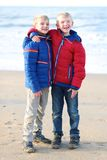 Dos muchachos felices que juegan en la playa Fotos de archivo