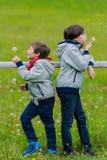 Dos muchachos inclinados en una cerca Fotografía de archivo