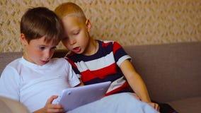 Dos muchachos juegan en una placa blanca que se sienta en metrajes