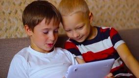 Dos muchachos juegan en una placa blanca que se sienta en almacen de metraje de vídeo