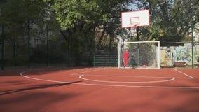 Dos muchachos juegan a fútbol al aire libre El muchacho golpea la bola y las cuentas con el pie metrajes