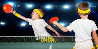 Dos muchachos juegan a ping-pong foto de archivo libre de regalías