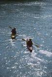Dos muchachos kayaking. Imagen de archivo