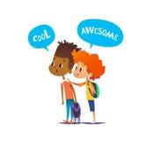 Dos muchachos multirraciales con las mochilas se colocan sorprendidos y sorprendidos Los pares de amigos de la escuela miran en e Foto de archivo libre de regalías
