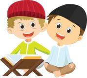 Dos muchachos musulmanes felices que leen Quran junto libre illustration