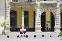 Dos muchachos pioneros cubanos que caminan a casa de escuela Imágenes de archivo libres de regalías