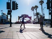 Dos muchachos que andan en monopatín en Santa Monica Fotografía de archivo