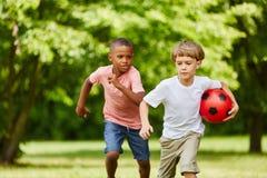 Dos muchachos que compiten con en el parque fotografía de archivo libre de regalías
