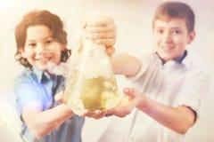 Dos muchachos que demuestran su proyecto Foto de archivo