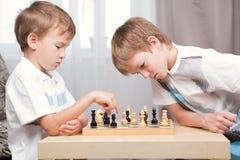 Dos muchachos que juegan a ajedrez en el país Fotos de archivo libres de regalías