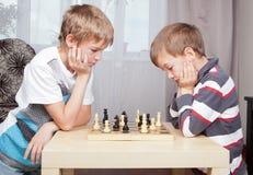 Dos muchachos que juegan a ajedrez en el país Fotografía de archivo libre de regalías