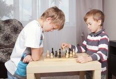 Dos muchachos que juegan a ajedrez en el país Imágenes de archivo libres de regalías