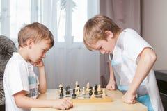 Dos muchachos que juegan a ajedrez en el país Fotos de archivo