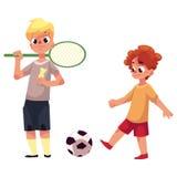 Dos muchachos que juegan a bádminton y a fútbol en el patio Fotografía de archivo