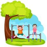 dos muchachos que juegan con la barra del parque Imagenes de archivo