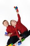 Dos muchachos que juegan junto fotos de archivo